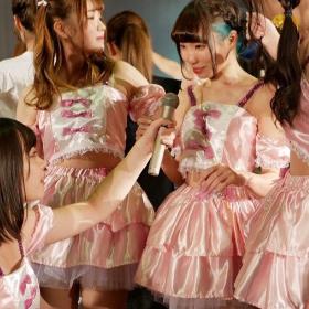 ピンクのアイドル衣装舞台